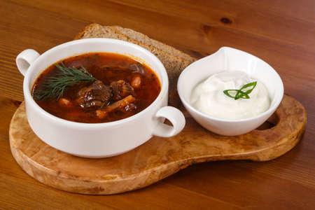 Borsch tradicional ruso con carne y crema agria Foto de archivo