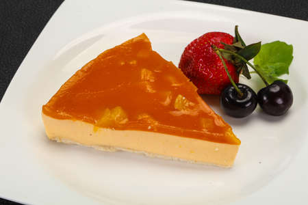 Cheesecake with apricot served strawberry and mint Imagens
