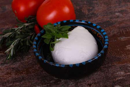 Italian Mozzarella cheese ball served basil and tomatoes Stockfoto