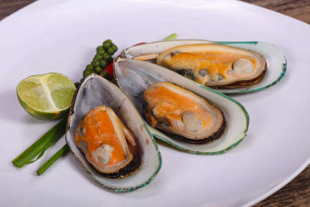 Half mussels with lime and green pepper 版權商用圖片