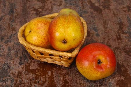 Ripe Pear heap in the wooden basket Zdjęcie Seryjne