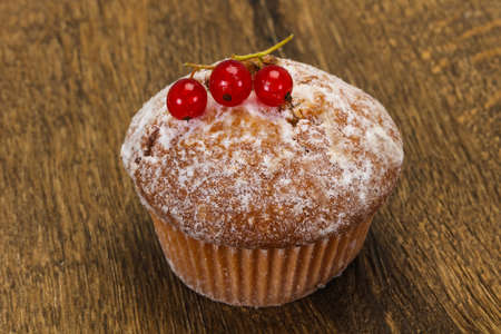 Sweet tasty muffin with red currants berries Banco de Imagens - 128602524