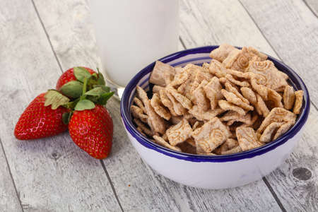 Wheat flakes for breakfast with milk and strawberry Banco de Imagens - 128602493