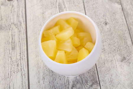 Marinated pineapple pieces in the bowl 版權商用圖片
