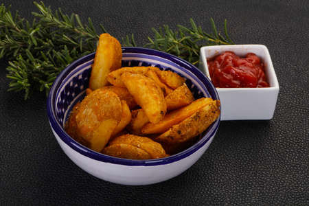 Fried potato slices with rosemary and sauce 版權商用圖片 - 129174268