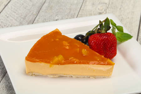 Cheesecake with apricot served strawberry and mint 版權商用圖片