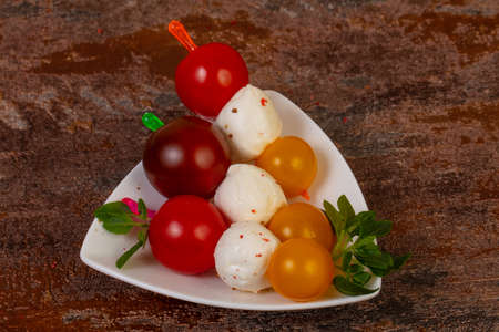 Caprese salad stick with tomato, mozzarella and basil leaves Stockfoto