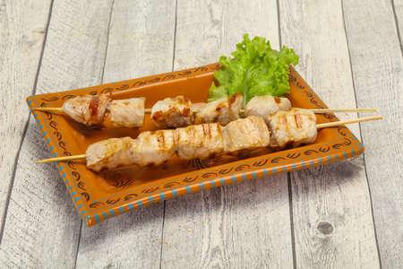Grilled pork skewer served salad leaves Фото со стока - 129795927