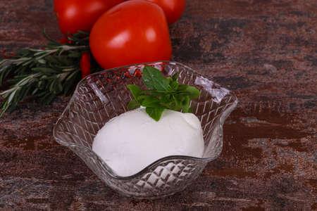 Italian Mozzarella cheese ball served basil and tomatoes 스톡 콘텐츠