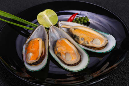 Half mussels with lime and green pepper 免版税图像