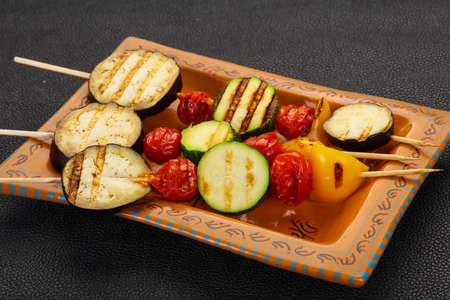 Vegan Vegetable skewer - egglant, zucchini, pepper and tomatoes Фото со стока - 129760580