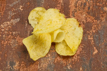 Natural young potato salted chips heap Imagens