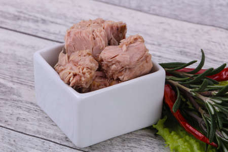 Tasty canned tuna fish in the bowl served salad leaves Фото со стока - 129823789