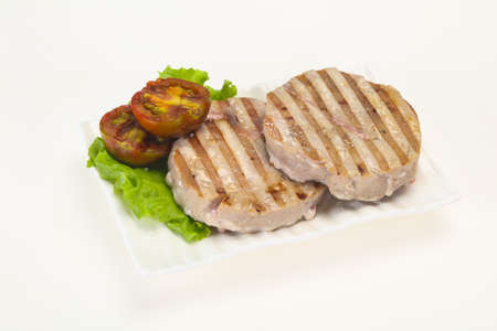 Grilled tuna steak with kumato and salad Stockfoto - 130099596