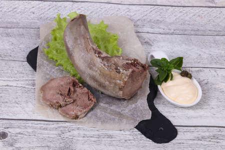 Aperitivo de bocadillo de lengua de cerdo gurmet