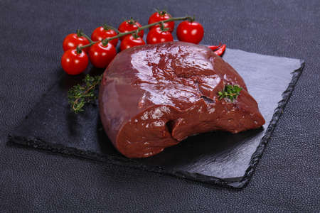 Raw pork liver ready for cooking Foto de archivo - 135502693