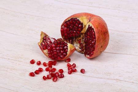 Ripe tasty sweet pomegranate fruit Foto de archivo - 135502734