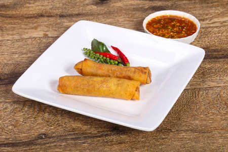 Deep fried spring roll with prawn and cabbage Foto de archivo - 135501176