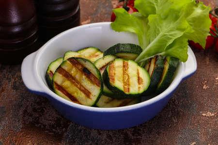 Vegan cuisine - grilled young zucchini Foto de archivo - 135502657