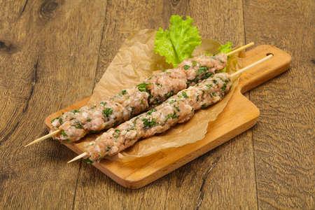 Raw pork skewer kebab ready for grill Foto de archivo - 135502695