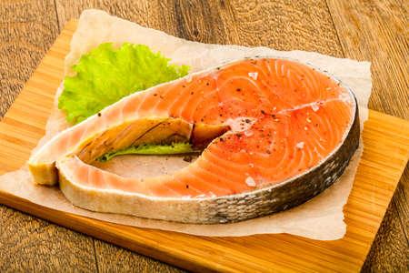 Saumon cru avec sel et poivre prêt pour la cuisson