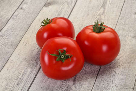 Grosses tomates rouges juteuses mûres