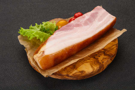 Smoked pork breast with salad leaves and tomatoes 免版税图像