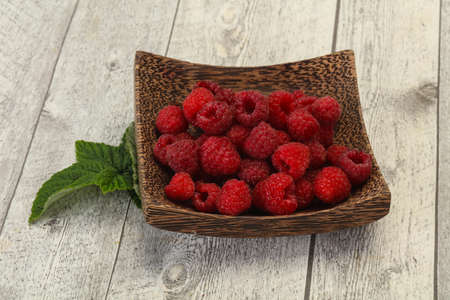 Red bright ripe sweet raspberry with leaf 版權商用圖片