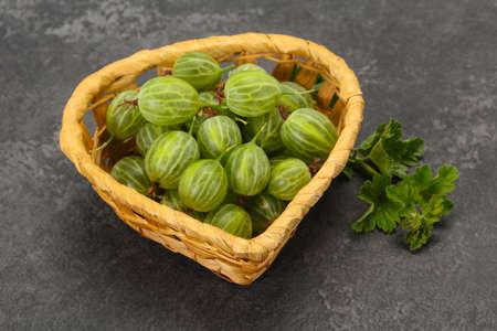 Fresh ripe green sweet gooseberry with leaf 版權商用圖片