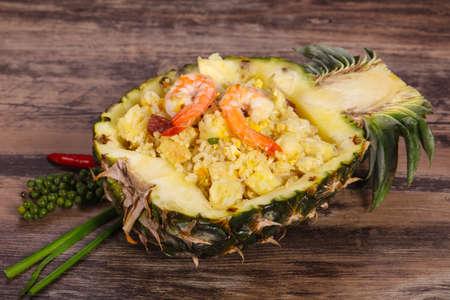Fried rice with prawns served in pineapple Zdjęcie Seryjne