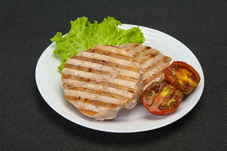 Grilled tuna steak with kumato and salad Banque d'images