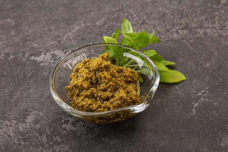 Green sauce pesto with basil and cedar nuts 版權商用圖片
