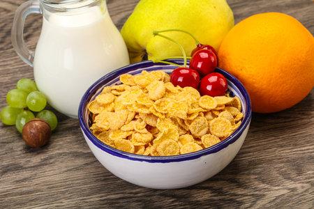Breakfast with corn flakes, fruits and milk Foto de archivo