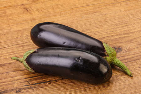 Two ripe raw eggplant isolated for cooking Banque d'images