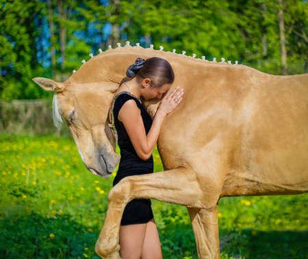 Fille étreignant un cheval Banque d'images
