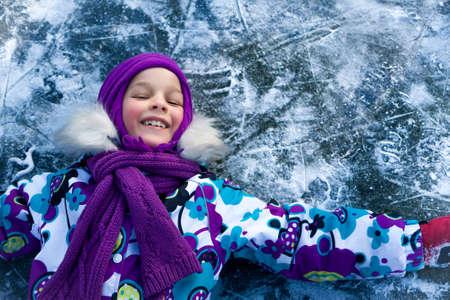 Porträt der glücklich lächelnde Kind Mädchen spielen auf scating Eisbahn an einem Wintertag. Mädchen ist auf dem Eis Hintergrund mit Kopie Raum Standard-Bild - 50870844