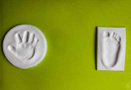 huella pie: huella de la mano y de la huella del bebé con el espacio de la copia. Nuevo concepto de vida
