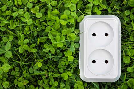 Alternative Energiekonzept Steckdose im Gras