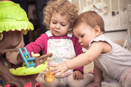 Niños jugando juntos en cuartos de niños con juguetes que simbolizan la comunicación de los niños y la infancia feliz Foto de archivo - 88485295