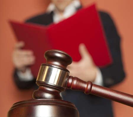 martillo juez: Mazo y juez masculino