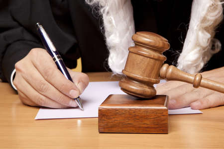 martillo juez: �rbitro martillo y un hombre con ropas judiciales