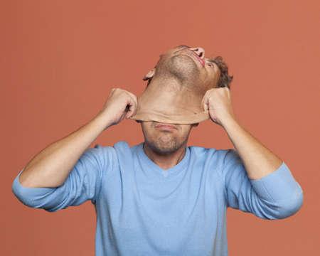 Duplicity. L'homme adulte enlever un masque