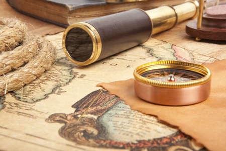 Vintage messing telescoop op antieke kaart