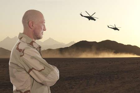 Marine te midden van de bergen van Afghanistan en helikopters