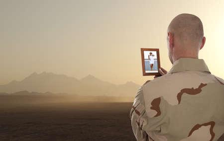 Dienstplichtige marine kijkt naar de foto van de vriendin Stockfoto