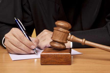arbitrar: �rbitro martillo y un hombre con ropas judiciales