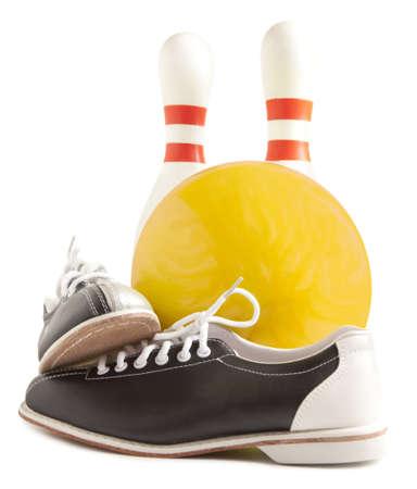 Bal, bowlingschoenen en bowling pins op een witte achtergrond