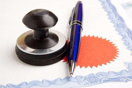 legal document: Sello que se utiliza por un notario y firmado el documento Foto de archivo