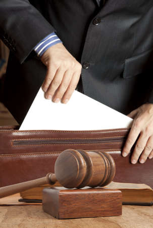Advocaat in gerechtelijke documenten uit zijn koffer krijgt
