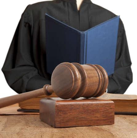 Hamer en vrouwelijke rechter geïsoleerd op wit